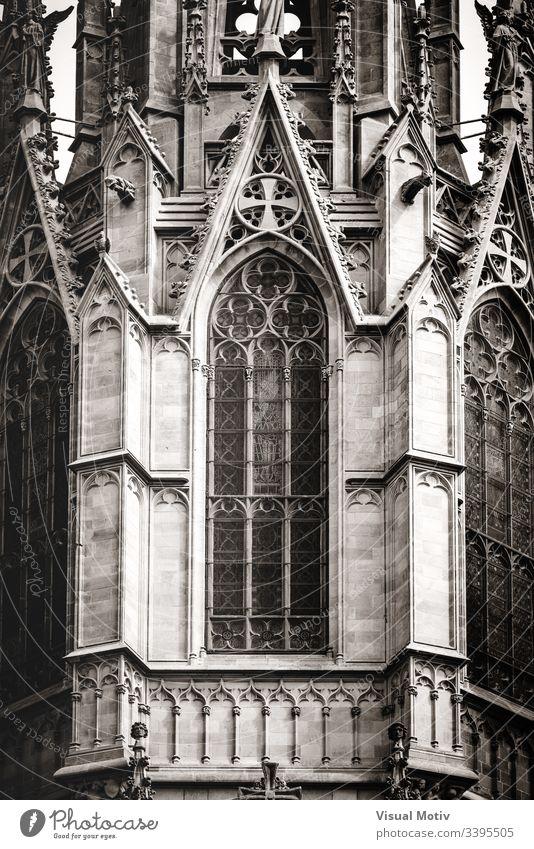 Filigrane Skulpturen eines gotischen Hauptturms der Kathedrale in Schwarz-Weiß im Freien Außenseite Hauptturm der Kathedrale Architektur architektonisch Turm