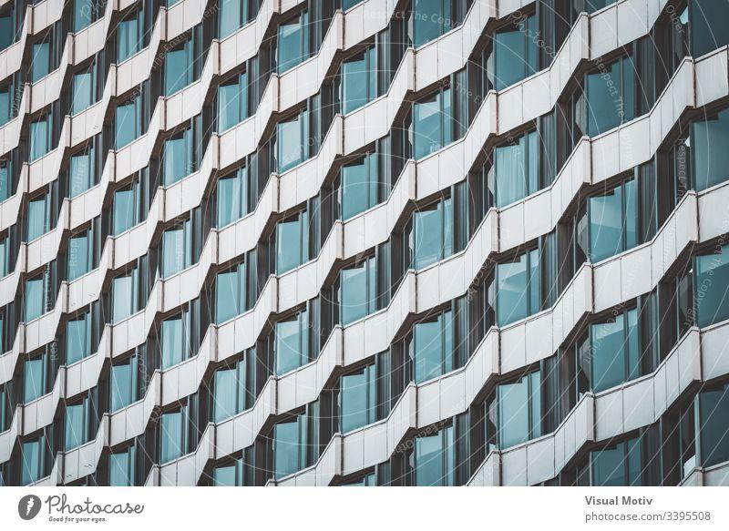 Unregelmäßige Fassade eines städtischen Gebäudes, die ein Muster erzeugt abstrakt abstrakter Hintergrund abstrakte Fotografie Nachmittag architektonisch
