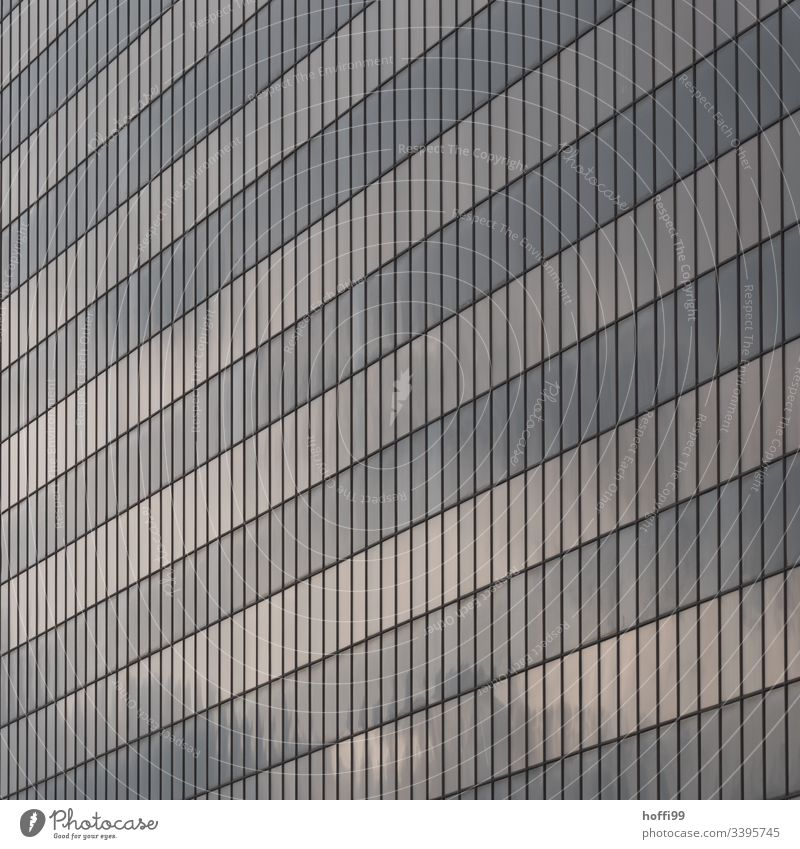 abstrakte Fassade mit reflektierenden Fenstern Hochhaus Bankgebäude Gebäude ästhetisch Symmetrie Surrealismus Licht stagnierend rein Kapitalwirtschaft Ordnung