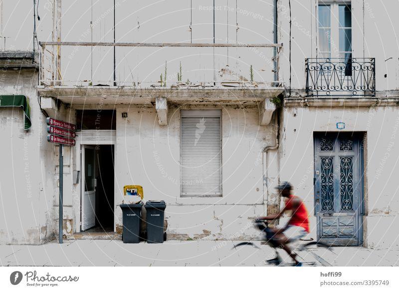 Altstadt Fassade mit Rennrad Mülleimern und Balkonen alt Gebäude kaputt Mauer Rollladen Abfalleinmer Weg Architektur Bauwerk Außenaufnahme Textfreiraum unten