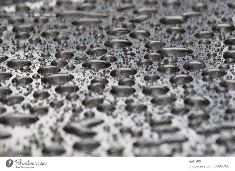 Tisch mit Tröpfchen nach dem Regen Wassertropfen Tropfen Wetter Tag nass schlechtes Wetter Oberflächenstruktur Oberflächenspannung Makroaufnahme glänzend feucht