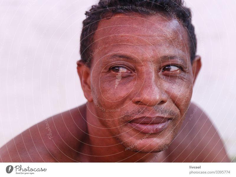 mann ruht II , trinidad Zigarre Erwachsener Lächeln nackt Truhe aussruhen heimatlich Kubaner Rauchen Mann Erwachsensein niedlich Leder Haut Menschen Porträt