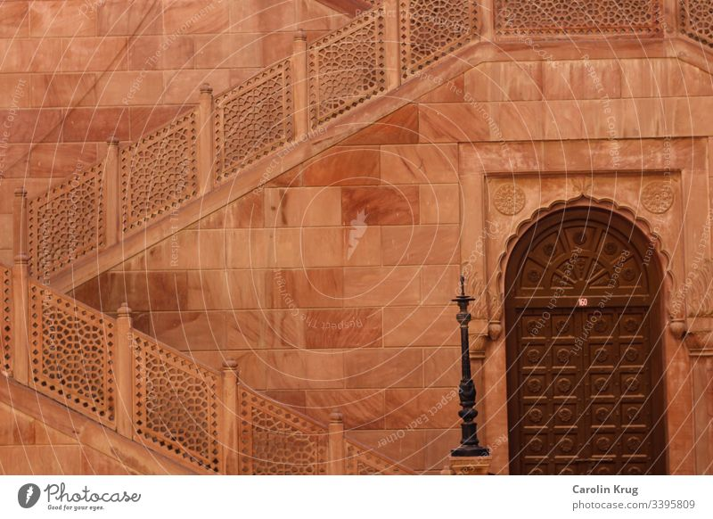 Rosarote Palastmauern/ Fassade und wundervolle Türen. Beides regt mich immer wieder zu Phantasien aus 1001 an. Aufgenommen würde dieses Bild am Palast von Bikaner/ Rajasthan/ Indien