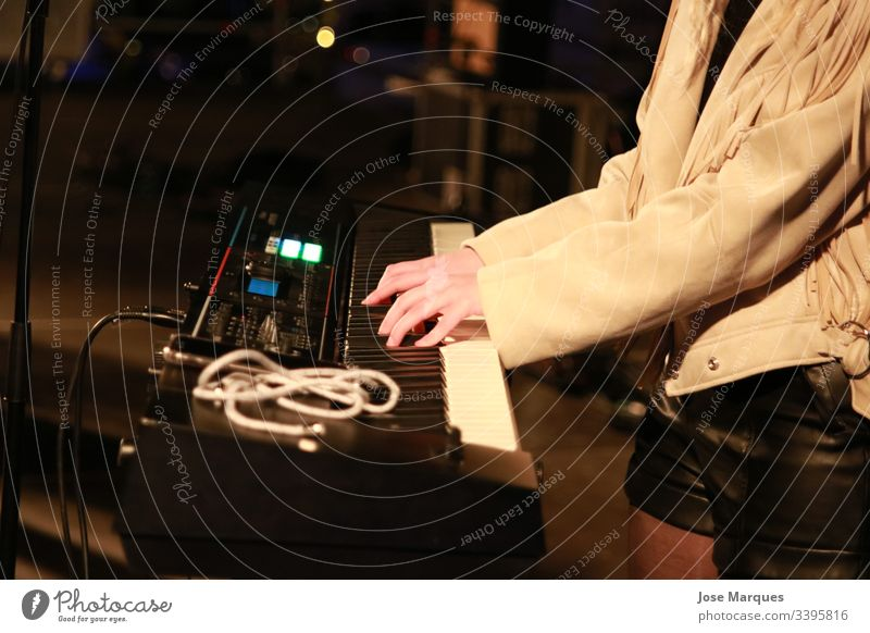 Pianist bei einem Musikkonzert Klavier Mädchen Hände Klavier spielen Hand Innenaufnahme Musikinstrument Kunst Musiker Mensch zeigen Konzert Keyboard Spielen