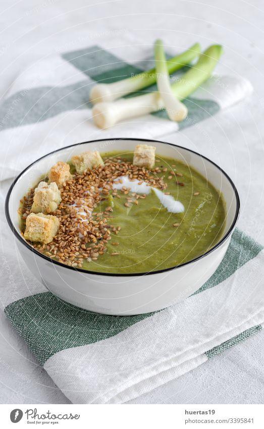 Hausgemachte pflanzliche Sahne. Veganes Essen Vegetarier Mahlzeit Diät gesunde Ernährung grüne Erbsen Lauchstangen Blumenkohl Zucchini Abendessen Lebensmittel