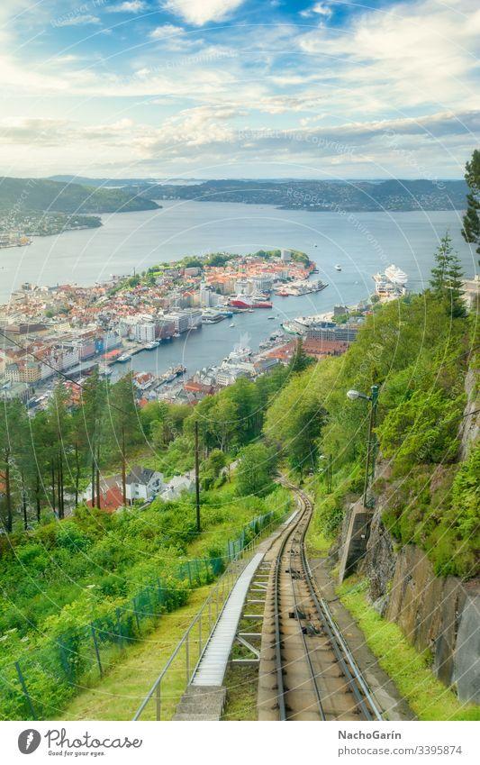 Erstaunliche Aussicht auf die Stadt Bergen von der Spitze des Berges Fløyen in Norwegen. Standseilbahn floyen Reittier Eisenbahn Berge u. Gebirge Himmel reisend