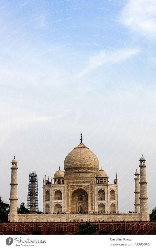 Das märchenhafte Taj Mahal von der anderen Seite des heiligen Yamuna-Flusses. Ein Meisterstück der Achitektur und eine wundervolle Liebeserklärung. Fast zu zauberhaft als Mausoleum.