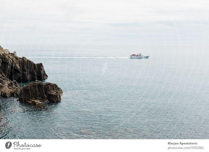 Wunderschöne Meereslandschaft mit Schiff auf dem Weg zum Meer Antenne Bucht blau Boot Klippe Küste Küstenstreifen Küstenlinie Kreuzfahrt Ausflugsziel Europa