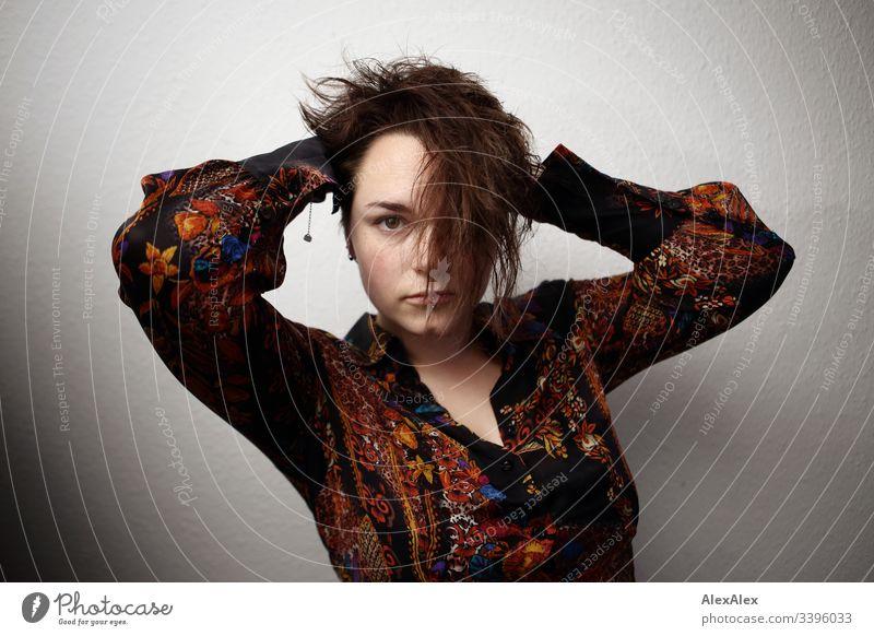 Portrait einer jungen Frau Blick nach vorn Porträt Zentralperspektive Schwache Tiefenschärfe Tag Nahaufnahme Innenaufnahme Identität Begeisterung