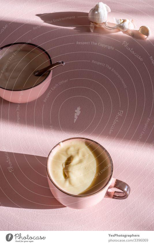 Kartoffel-Knoblauch-Cremesuppe. Rosa Schüsseln mit warmer Suppe obere Ansicht Rahmsuppe cremig Küche Tasse Suppe lecker Speise Lebensmittel Knoblauchsuppe