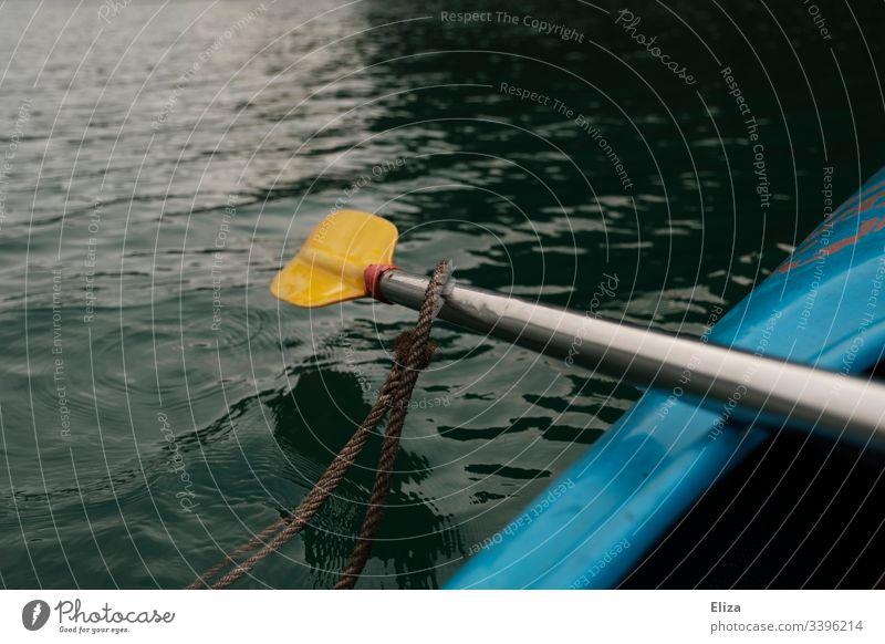 Ein gelbes Paddel das aus einem blauen Kajak auf dem Meer heraus ragt Sport Wasser rudern Bewegung Außenaufnahme Ferien & Urlaub & Reisen Wassersport