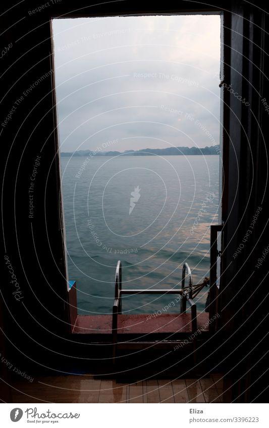 Blick aus der Tür eines Schiffes auf eine Badeleiter und das Meer fenster aufs Wasser baden Leiter Aussicht Freiheit Schwimmen & Baden Ferien & Urlaub & Reisen