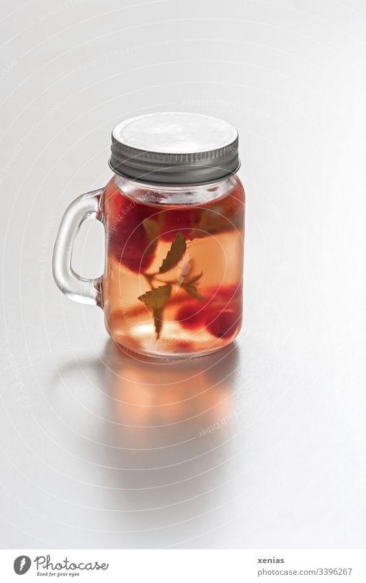 Detoxgetränk to go mit Erdbeeren und Zitronenmelisse im gläsernden Schraubglas Getränk Erfrischung To go rot kalt Glas Frucht Gesundheit kühl