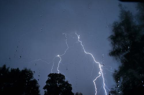 Blitzeinschlag bei Gewitter Unwetter Unwetterfront Schlechtes Wetter Sturm Sturmwolken Stürmisch Unwetterlage Lightning Thunderstorm Hell Licht Spannung Angst
