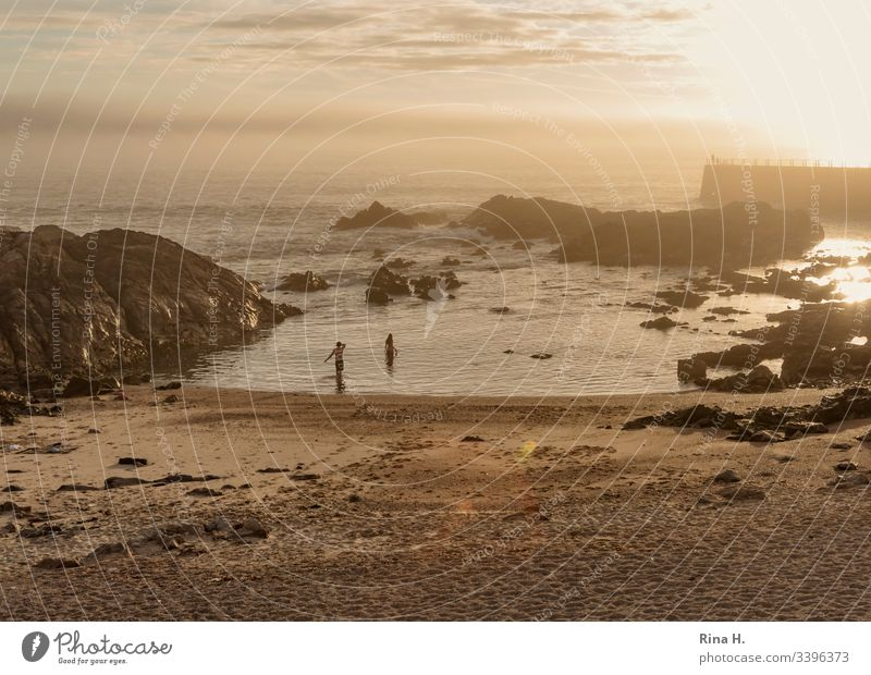 Strand in Porto bei Sonnenuntergang Portugal Strang Atlantik baden sonnenuntergang paar Schwimmende stimmung Urlaub Ferien Badeurlaub