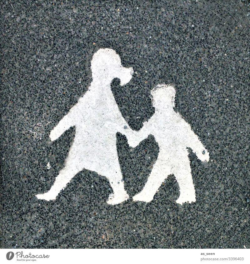 Mutter und Kind Stein Boden Beziehung Frau Familie & Verwandtschaft Kindheit Verkehr Verkehrswege Betreuung Achtsamkeit Mutterliebe mutter und kind
