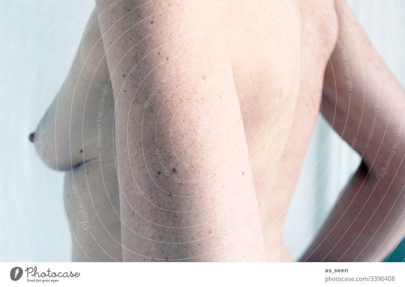 Naked Oberkörper Brust Busen weiblich Frau feminin Erwachsene Mensch 1 Farbfoto Erotik Körper schön nackt Innenaufnahme ästhetisch Arme Gedeckte Farben Haut