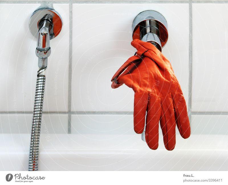 Wie der orange Handschuh auf den Wasserhahn gekommen war, wusste er nicht mehr, doch er baumelte jetzt durchaus gern über der Badewanne. trocknen Sauberkeit