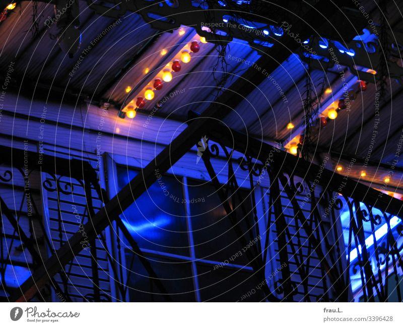 Es war auf dem Dom in Hamburg, ein Fahrgeschäft - alles andere hat die Fotografin vergessen. Farbfoto Rummel Menschenleer Abend Jahrmarkt blau Außenaufnahme