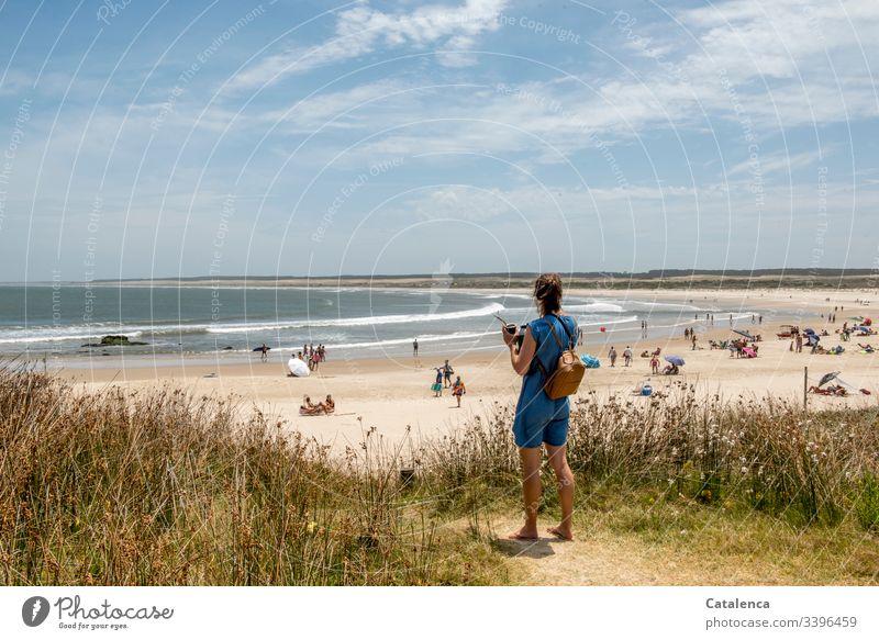 Mit dem Mate in der Hand, überschaut die junge Frau den Strand . Ferne Sommer Ferien & Urlaub & Reisen Erholung schönes Wetter Natur Weg Pflanzen Dünengras