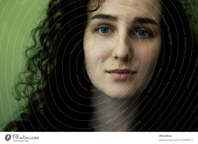 Portrait einer jungen Frau vor grüner Wand Schlank dunkelhaarig Stilrichtung Alte Meister elegant schön Leben Wohnung Raum Junge Frau Jugendliche Gesicht