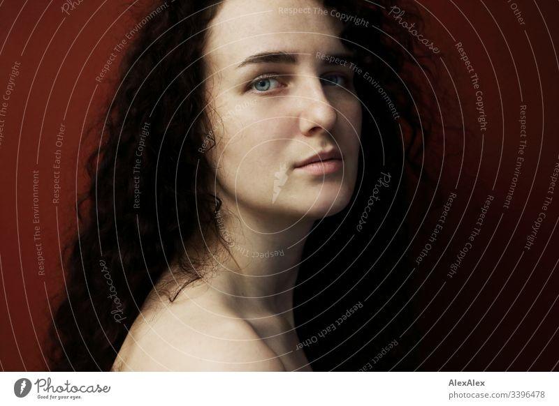 Portrait einer jungen Frau vor roter Wand Schlank dunkelhaarig Stilrichtung Alte Meister elegant schön Leben Wohnung Raum Junge Frau Jugendliche Gesicht