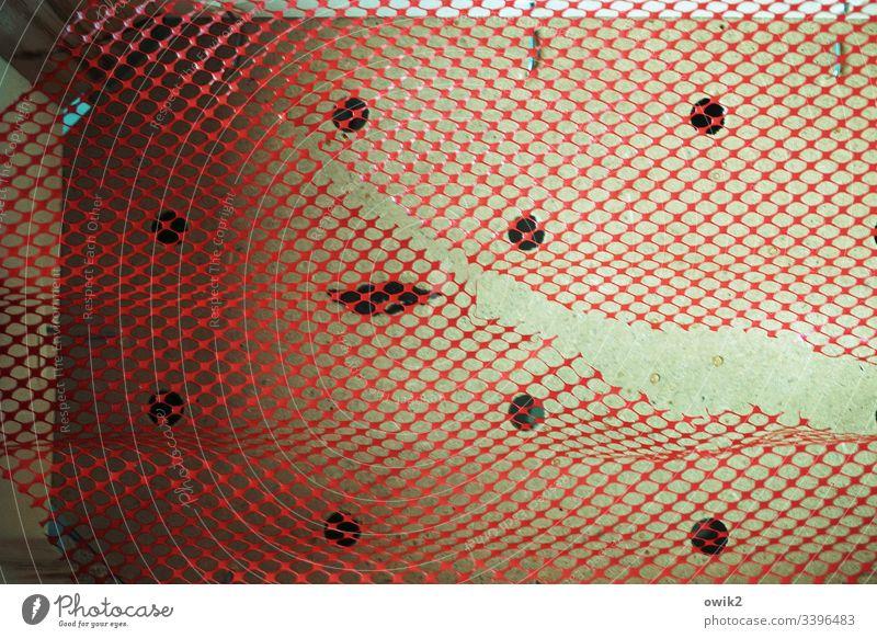 Netzhautriss Aua kaputt schadhaft Riss rot Behälter Pappe Kunststorr Plaste netzartig Zahn der Zeit Löcher Strukturen & Formen Detailaufnahme abstrakt Verfall