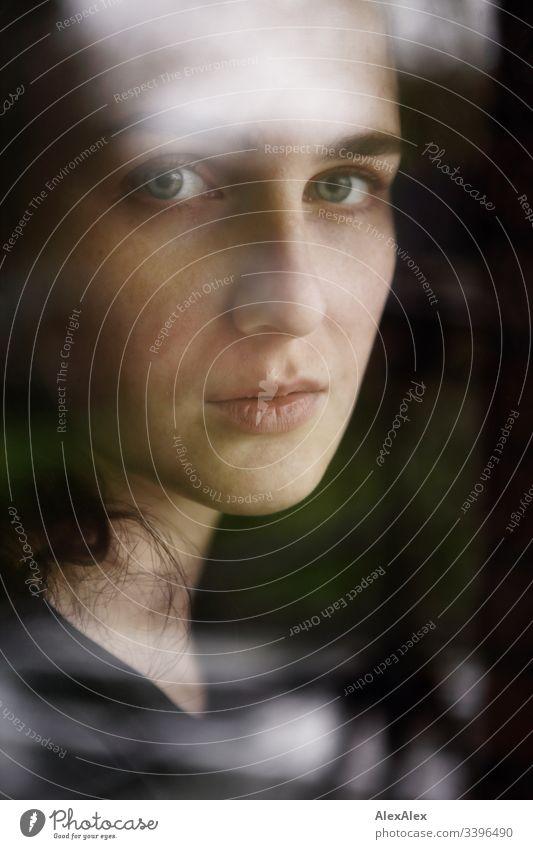 Portrait einer jungen Frau hinter einer Scheibe Schlank dunkelhaarig Stilrichtung Alte Meister elegant schön Leben Wohnung Raum Junge Frau Jugendliche Gesicht