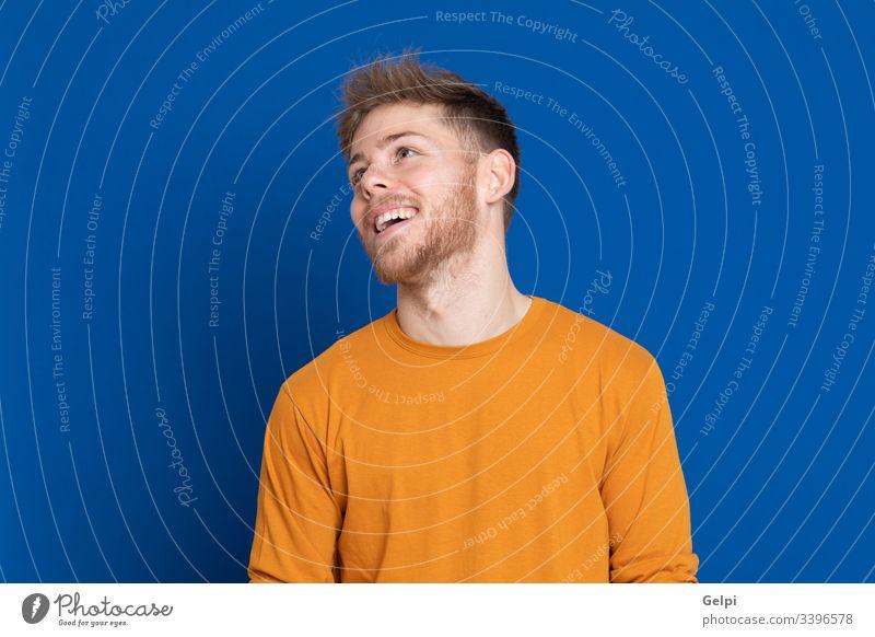 Attraktiver junger Mann mit gelbem T-Shirt Typ blau Glück Lächeln freudig positiv entspannt Blick Erwachsener zwanzig männlich Model gutaussehend lässig Porträt