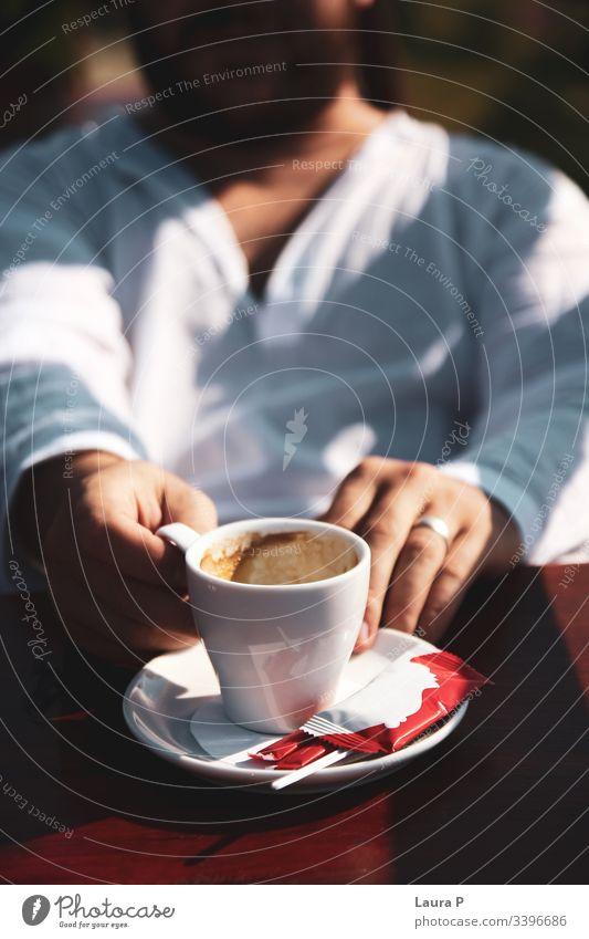Mann in weißer Bluse mit einer Tasse Kaffee in der Hand abschließen Hände Beteiligung Cappuccino Espresso Getränke Morgen Frühstück sich[Akk] entspannen