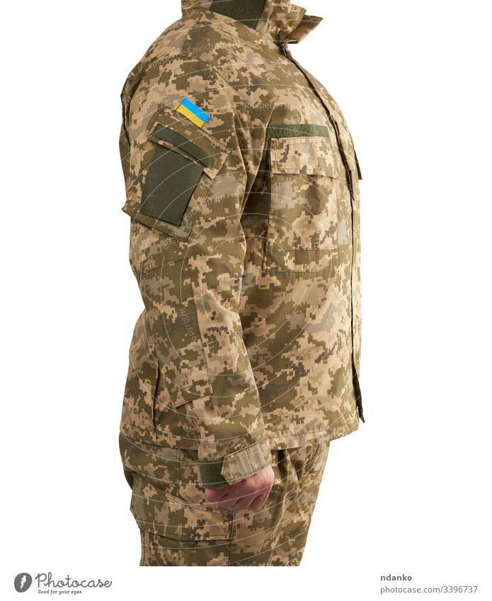 Ein ukrainischer Krieger in einer militärischen Pixel-Uniform steht auf einem isolierten weißen Hintergrund Fahne Mann Ukraine Ukrainer Soldat Militär Armee