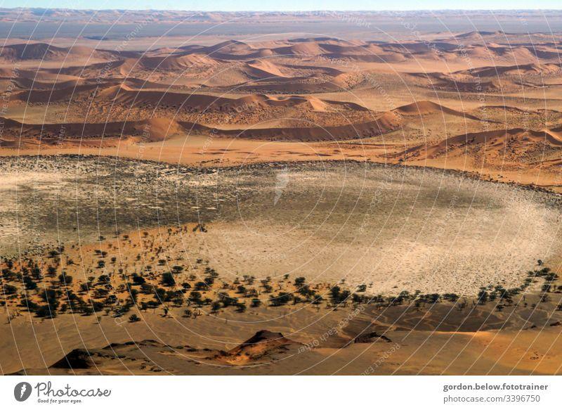 Wüste Namibia  vom Wind geformt! Farbfoto Tagesaufnahme Menschenleer freie Flächen Vogelperspektive brauntöne Licht und Schatten endlose Weiten