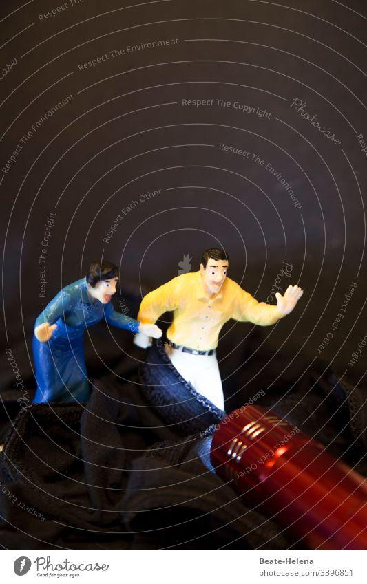 Objekt-Challenge | Angriff mit Licht durchbricht Dunkelheit und bedroht Mann und Frau dunkelheit schwarz Nacht Hintergrund Laserschwert taschenlampenlicht