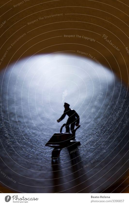 Objekt-Challenge | Schwarzarbeiter im Untergrund dunkelheit Tunnel Tunnelbeleuchtung Tonpapier Arbeiter Schubkarre Licht Bewegung Schatten Schattenwirtschaft