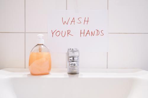 Waschen Sie Ihre Hände mit einem handgeschriebenen Hinweis über dem Waschbecken Aushang Seife Hygiene Hand Becken Bad Handwaschbecken Waschtischbecken