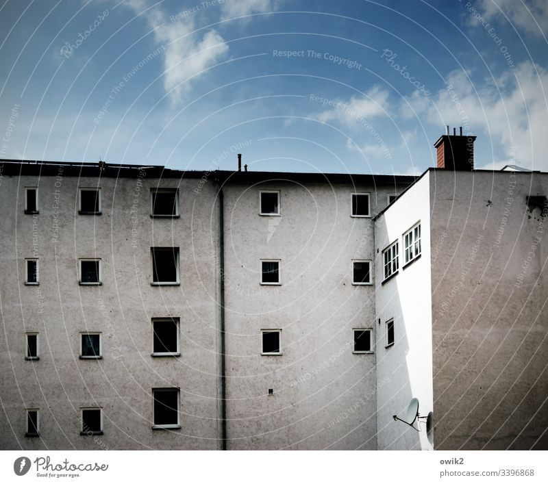 Die toten Augen von Merseburg Haus Wand Fenster Reihe Himmel blau grau Dachrinne Schornstein dreckig urban Menschenleer Gebäude Stadt Textfreiraum oben