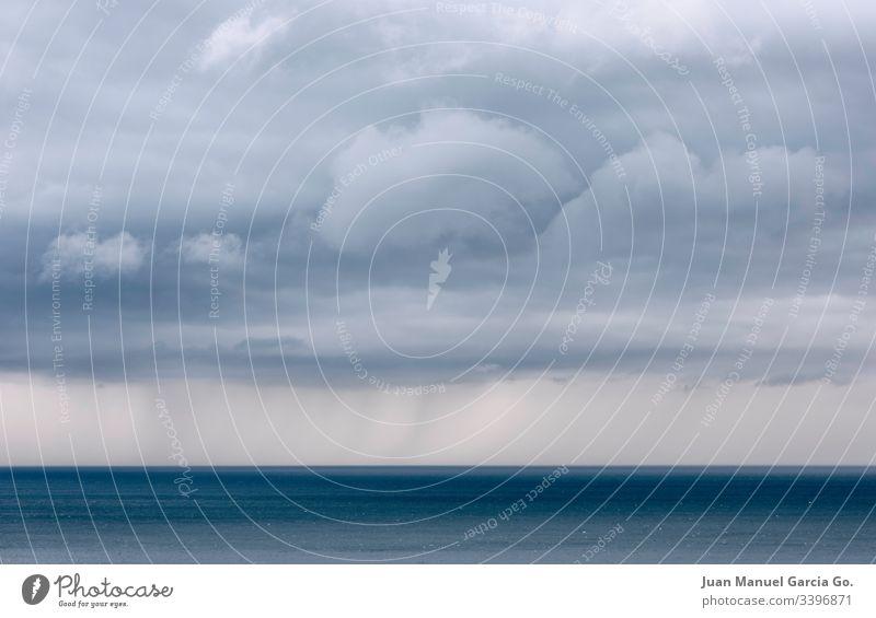 Sturmwolken am Horizont Unwetter Meteorologie Cloud Regen Prognose eine Coruña Meerblick bedrohlich weit Angst sich[Akk] abzeichnend Himmel MEER aquatisch blau