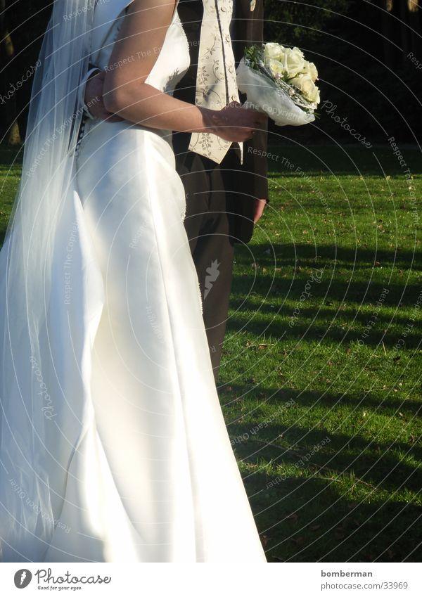 brautpaar Farbfoto Außenaufnahme Nahaufnahme Textfreiraum rechts Tag Feste & Feiern Hochzeit Mensch maskulin feminin Frau Erwachsene Mann Paar Partner 2 Blume