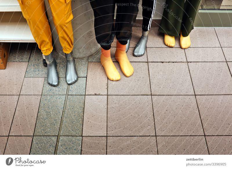 Vier Schaufensterpuppen berlin innen menschenleer szene textfreiraum urban schaufensterpuppe stehen fuß bein gruppe quartett team warten barfuß laden geschäft