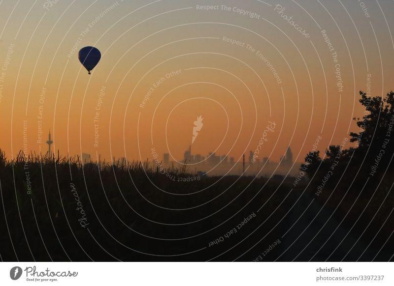 Ballon im Sonnenaufgang über Frankfurt ballon heißluftballon Fesselballon luftfahrt fliegen fahren transport verkehr abenteuer freizeit erlebnis Flugzeug