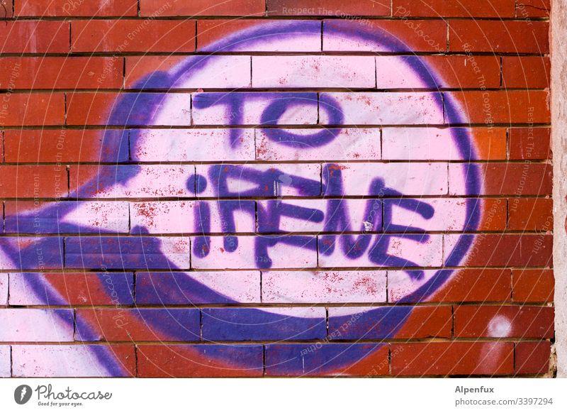 für (A)irene :) Buchstaben Schriftzeichen Wort Graffiti Menschenleer Farbfoto Typographie Wand Außenaufnahme Mauer Tag Fassade Straßenkunst mehrfarbig