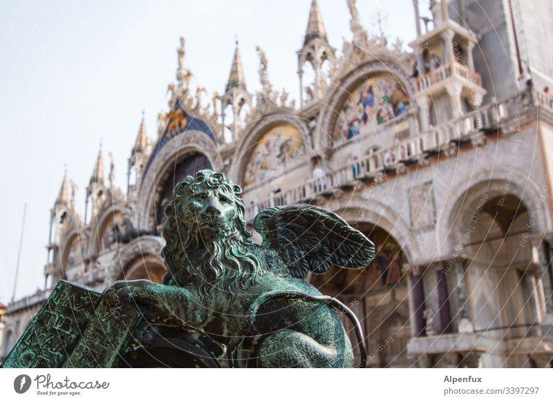 Grießgram Löwe Statue Markusplatz Venedig Farbfoto Außenaufnahme Italien Wahrzeichen Ferien & Urlaub & Reisen Sehenswürdigkeit Menschenleer Architektur Tag