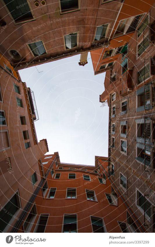 himmlische Insel Hinterhof Himmel Stadthaus Fenster Fassade Hof Mehrfamilienhaus Innenhof Wand Menschenleer Haus Wohnhaus Mauer Altbau Blauer Himmel Venedig