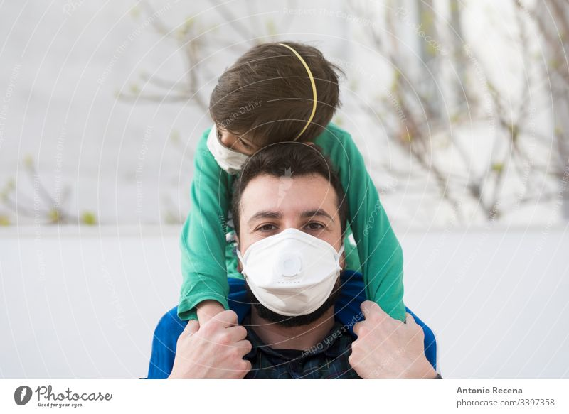 Vater und Sohn mit medizinischer Maske Ansteckung ansteckend eine Person Krankheit Seuche Gesichtsmaske arabisch nahöstlich mers Coronavirus Mann