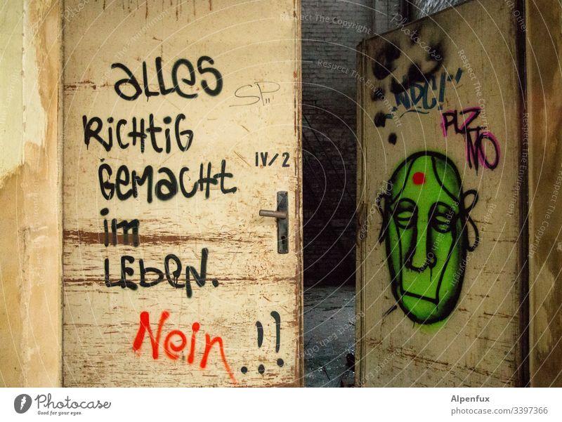 Fazit grafitti Grafitti Graffiti Wandmalereien Frage Buchstaben Schriftzeichen Straßenkunst verfallen Kunst fazit Kultur Antwort Lebensfragen Tür