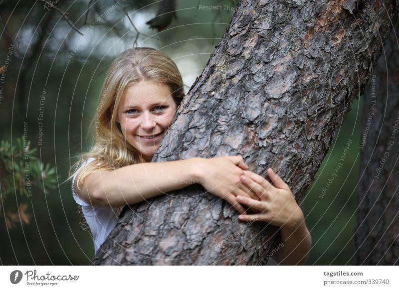 NÄCHSTENLIEBE Frau Natur Jugendliche Mädchen Junge Frau Wald Liebe lachen blond Idylle Lächeln Baumstamm Umweltschutz attraktiv Forstwirtschaft Umarmen