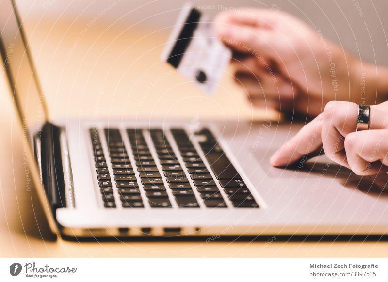 Mann, der am Notebook arbeitet, macht Online-Zahlungen mit Kreditkarte Technik & Technologie Internet Business Postkarte online Kauf Laptop Computer Finanzen
