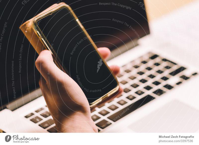 Frau, die am Notebook arbeitet und das Telefon in der anderen Hand hält Technik & Technologie Bildschirm Mobile Computer Business Laptop Internet Mitteilung