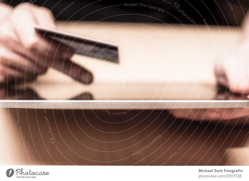 Mann zeigt auf den Tablettenbildschirm und bezahlt online mit Kreditkarte Zahlung Technik & Technologie Internet Business Postkarte Kauf Laptop Computer