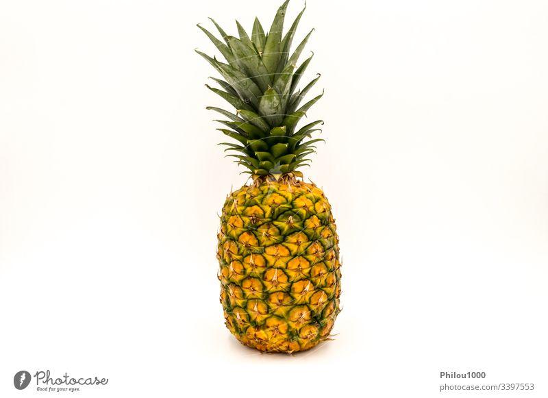 Ananas, eine reife, frische, ganze Frucht Hintergrund Farbbild ausschneiden deskriptiv Details Diät Lebensmittel Frische Vorderseite Vorderansicht grün